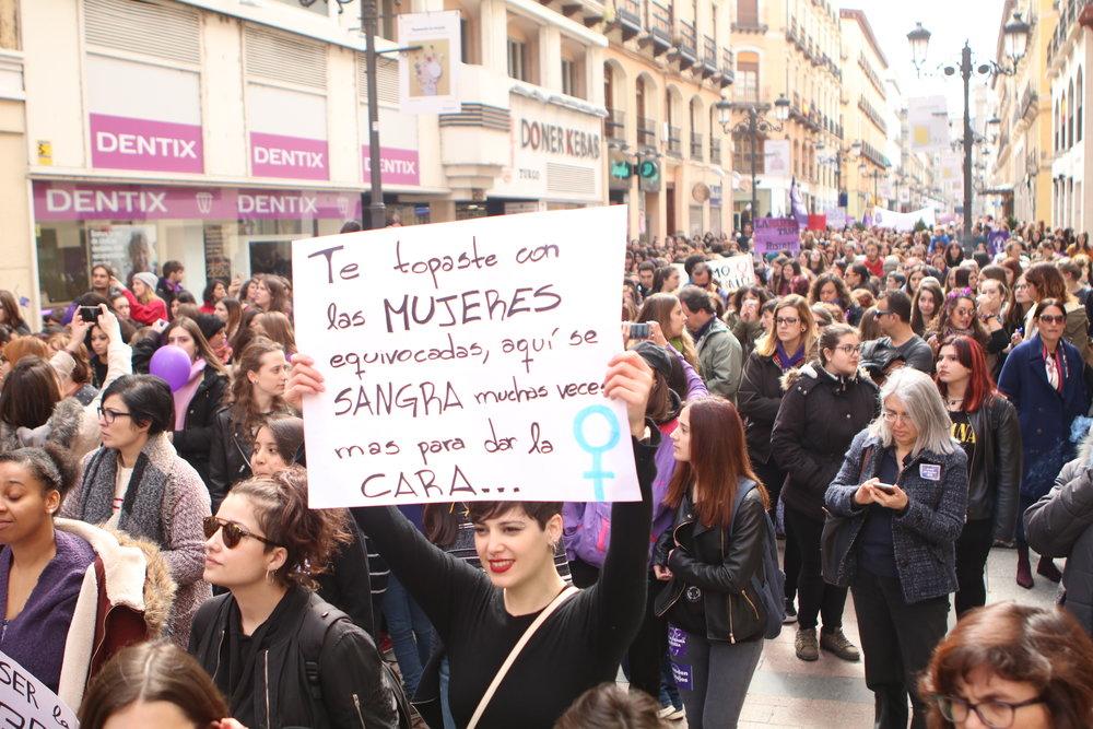 Feministas marchando en el 8M de Zaragoza. Foto: Dune Solanot.