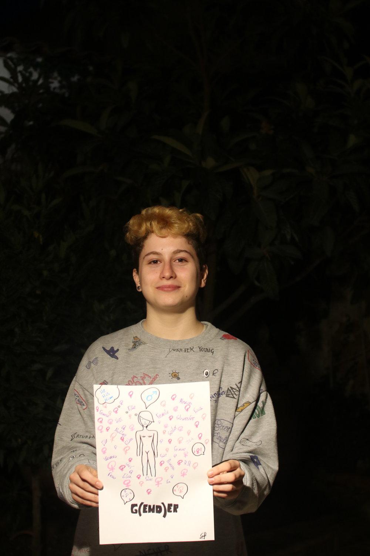 Gabriel en su casa de Calatayud (Zaragoza) con un dibujo realizado por él. Foto: Dune Solanot