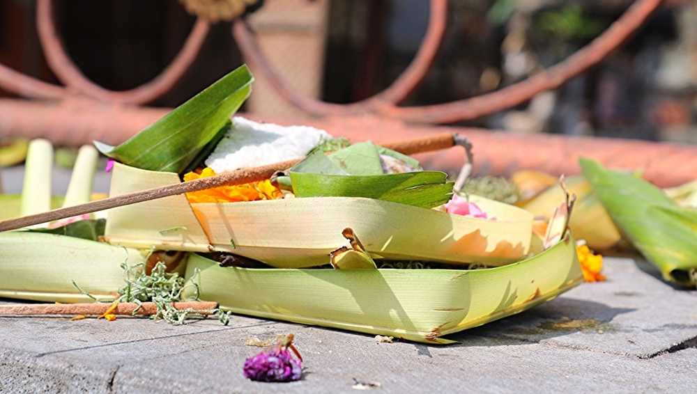 Ofranda adusa de hindusi in templele din Bali.