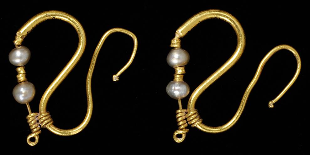 Pereche de cercei din aur cu perle, datand din perioada Imperiului Roman (anii 100-200). © Victoria and Albert Museum, Londra