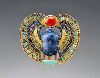 Scarabeu cu Lapis Lazuli, turcoaz, coral si aur descoperit in mormantul lui Tutankhamon