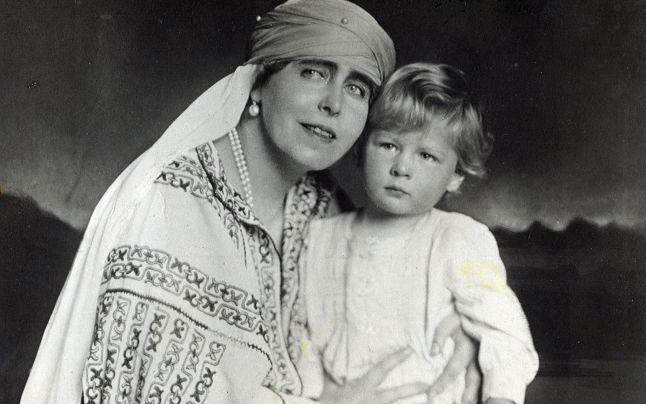 Regina Maria cu nepotul sau, tanarul Rege Mihai al Romaniei (dreapta).
