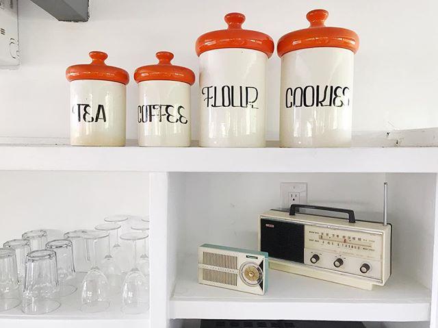 Adorable little vintage jars for organizing. U S E what you H A V E! . . . . . #interior #interiordesign #interiorstyle #interiordecor #decor #style #homestyle #inspiration #homeinspiration #homeinspo #interiorinspo #jars #vintage #vintagedecor #vintagejars #cookiejar #vintageinspo #oldradio #shelves #cleanshelves #laorganizer