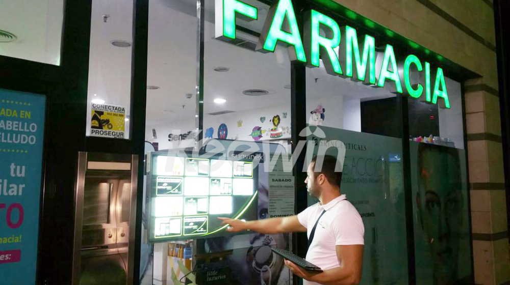 43 inch High Brightness Digital Signage - 2500nits   Spain - Farmacia
