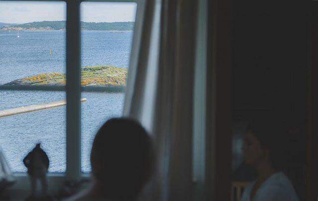 Kosteröarna åker jag gärna tillbaka till och fotar bröllop. Fantastisk miljö med hav och skog! Här gör sig Fanny redo med en minst sagt fantastisk utsikt.  X-Pro2 + xf 16-50 f/2,8 #Bröllop2017 #bröllopsdag #bröllopsfoto #bröllopsinspiration #bröllopsfotograf #bröllopsinspo #kosteröarna #bröllopsfotografering #borås #fujifilmxpro2 #fujifilmx #fujifilmnordic #fujifilm_xseries #fujilove #fujifeed #weddingportrait #weddingportraits #junebugweddings #portraitmood #portraits_ig #natureportrait #portraitperfection #fotografmaxnorin @fujifilmnordic @fujifilm_xseries @fujifilmglobal @_fujilove_