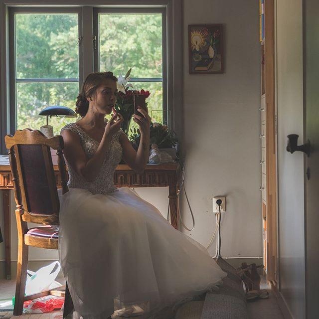 Sista touchen i kyrkan innan vigseln.  Xpro2 + xf 16-55 2,8  #Bröllop2017 #bröllopsdag #bröllopsfoto #bröllopsinspiration #bröllopsfotograf #bröllopsfotografering #borås #bröllopsinspo #bröllopsklänning #fujifilmxpro2 #fujifilmx #fujifilmnordic #fujifilm_xseries #fujilove #fujifeed #weddingportrait #weddingportraits #junebugweddings #portraitmood #portraits_ig #natureportrait #portraitperfection #fotografmaxnorin @fujifilmnordic @fujifilm_xseries @fujifilmglobal @_fujilove_