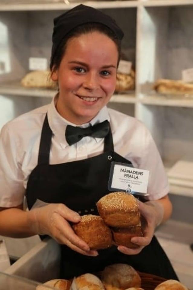 Johanna på Gateau i Lomma visar hur fint brödet blev!