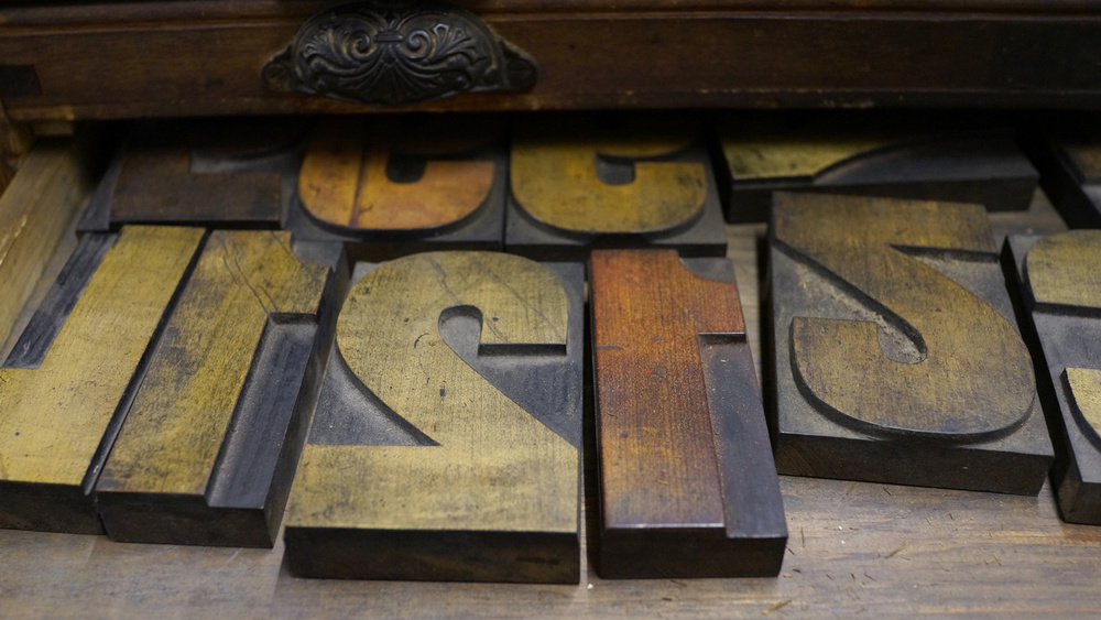 Woodtype waiting for use in the type cabinets (© Richard Small)