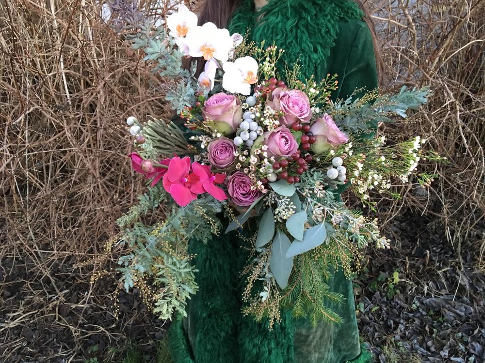 Rosor, orkidé, silverbrunnia, gran, hypericum
