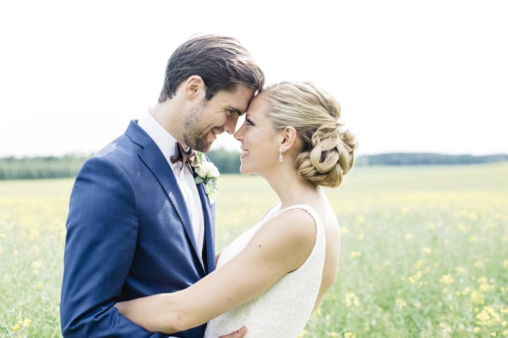 Lantligt bröllop med fest i vackert magasin: Sofia och Martin