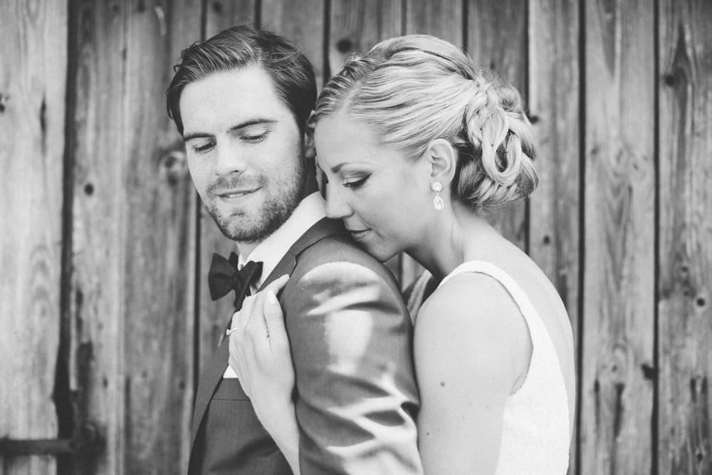 Lantligt bröllop med fest i vackert magasin