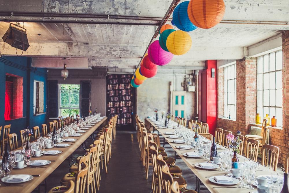 Färgstarkt bröllop i charmig lagerlokal