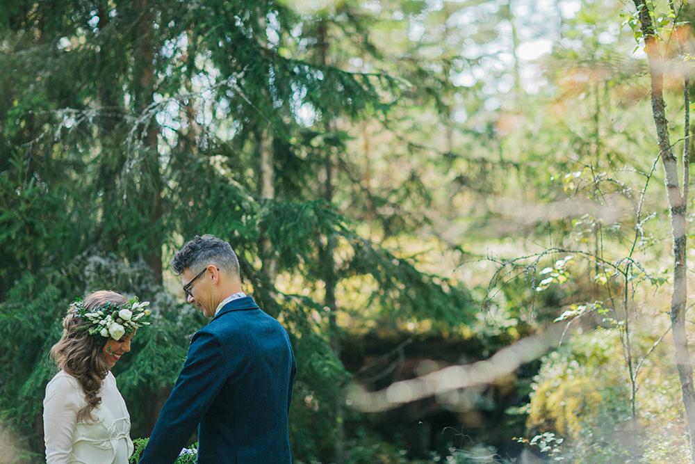 Soligt och färgglatt skogsbröllop