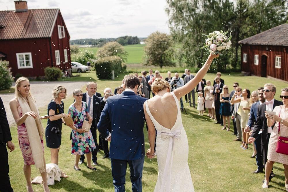 Lantlig bröllop med fest i vackert magasin