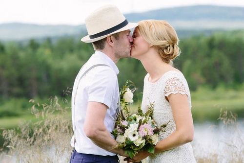 Avslappnat och lantligt utomhusbröllop från Härjedalen
