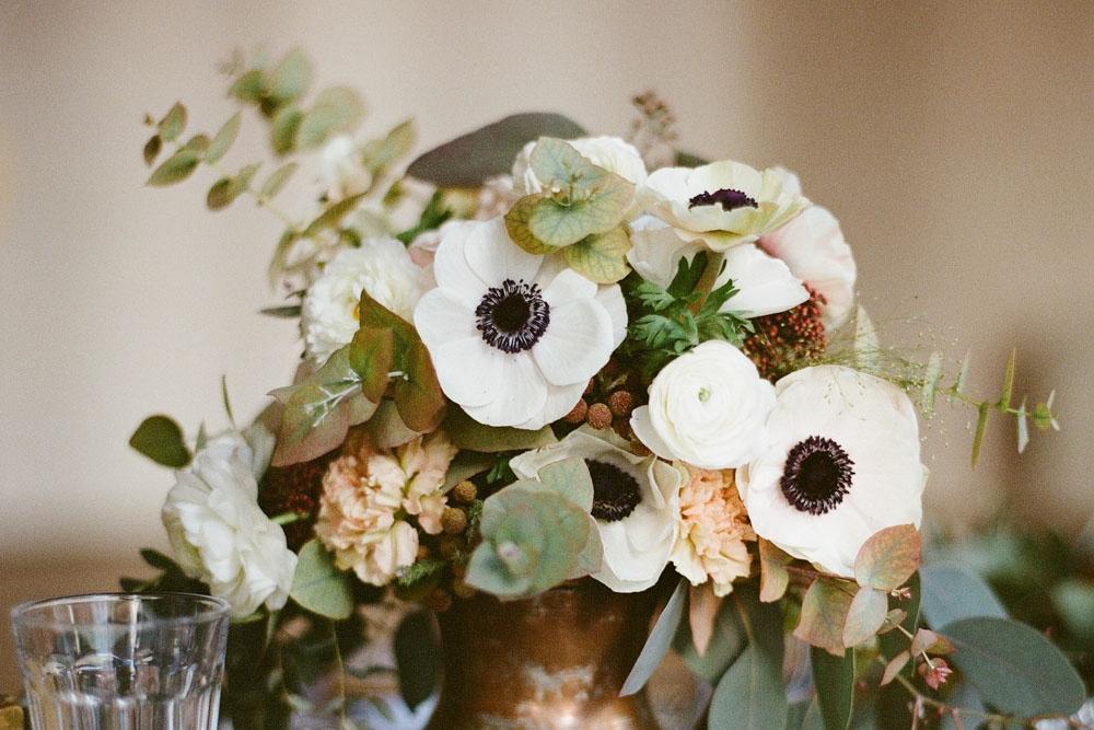 Blomsterdekorationer med vita anemoner