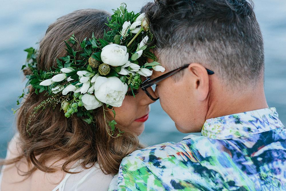 Soligt och färgglatt skogsbröllop: Outi och Masa