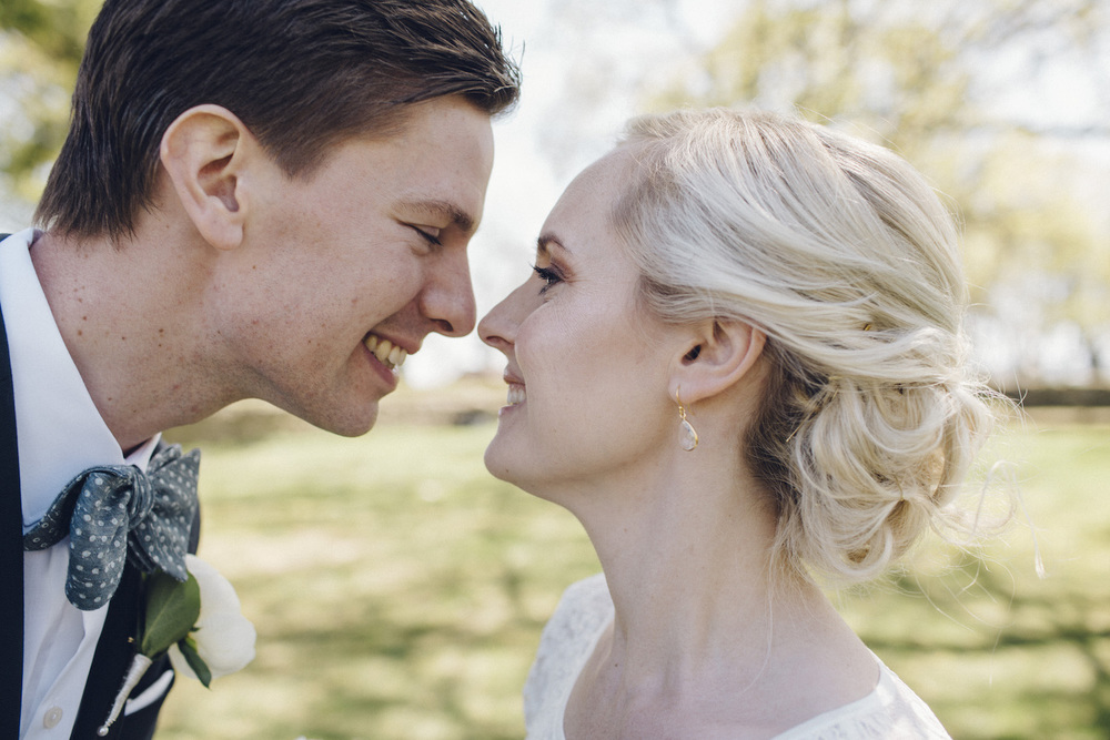 Lantligt och jordnära bröllop:Hedvig och Erik