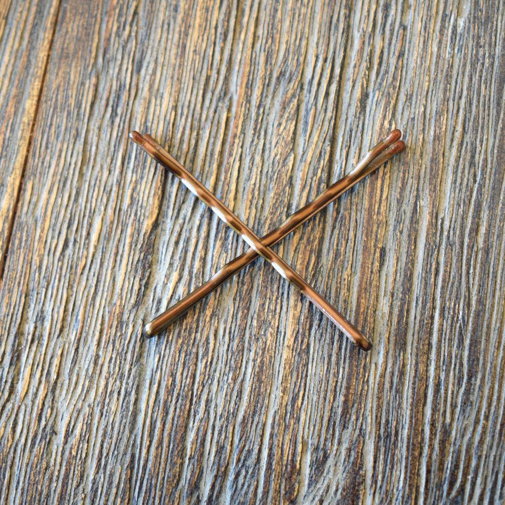 Tips! För att klämmor/ bobby pins ska hålla frisyren på plats, korslägg som bilden visar, då får du ett hållbart resultat.
