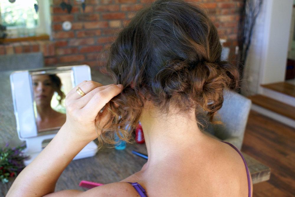 d0417d132ef9 Skaka på huvudet för att se om hårslingorna har hittat sin plats. Annars,  fäst upp.