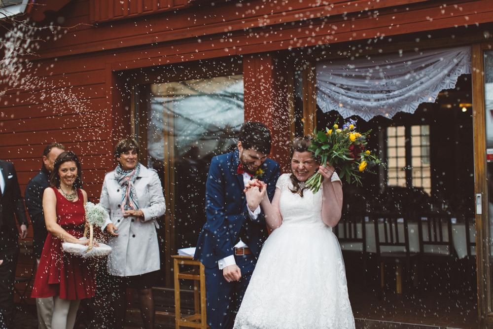 Lekfullt och färgglatt bröllop: Louise och Tobias