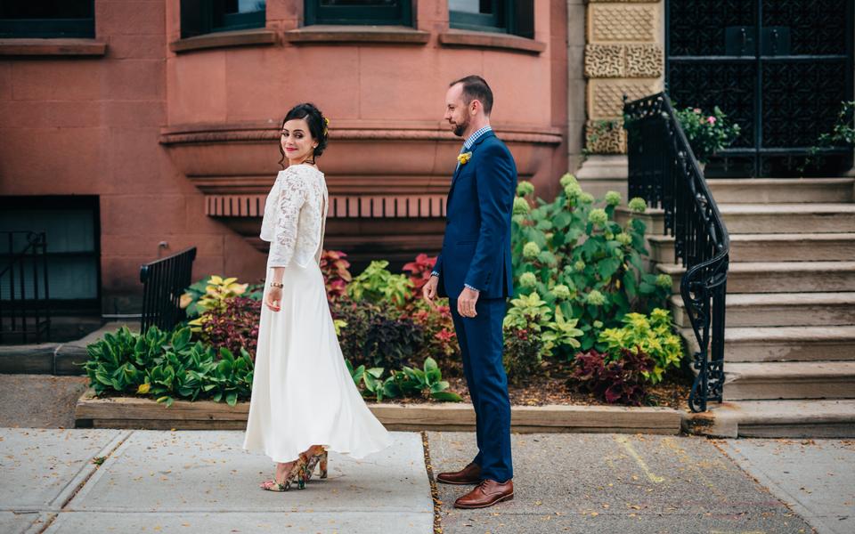 d26c22aa4c86 Oktoberbröllop med tvådelad brudklädsel