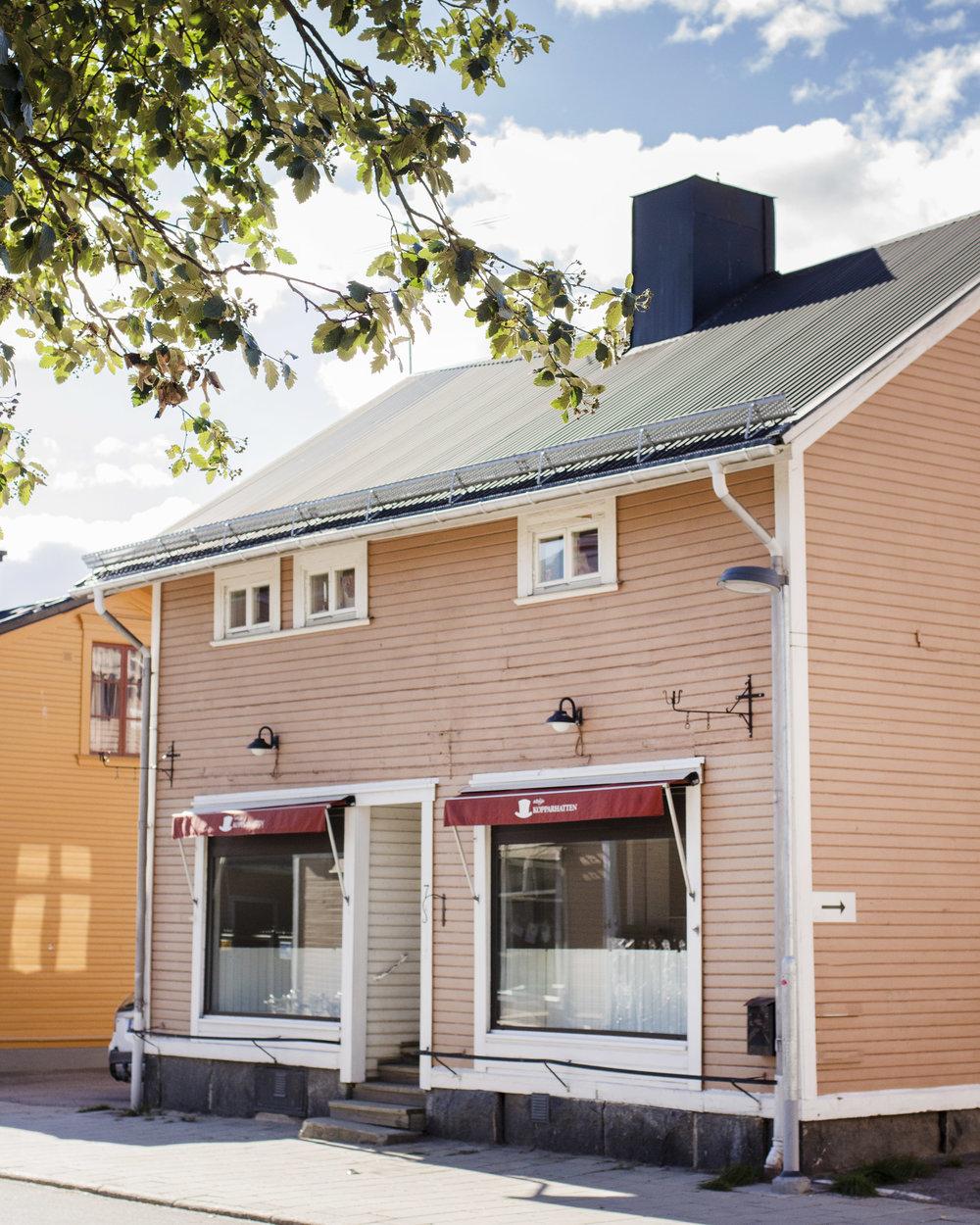 Butiken ligger på Sveagatan 7 i Umeå. Det högra skyltfönstret är vårt!
