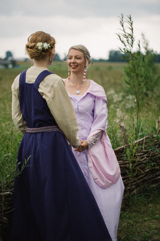 026-sisters-in-law-tove-lundquist-vikingabrollop.jpg