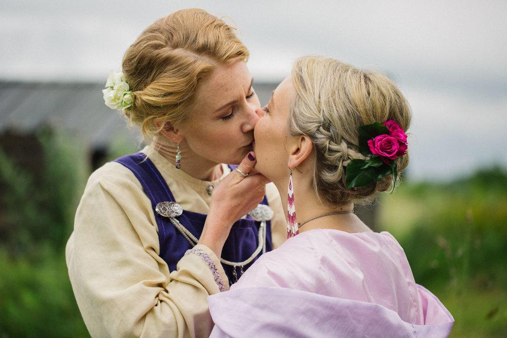 039-sisters-in-law-tove-lundquist-vikingabrollop.jpg