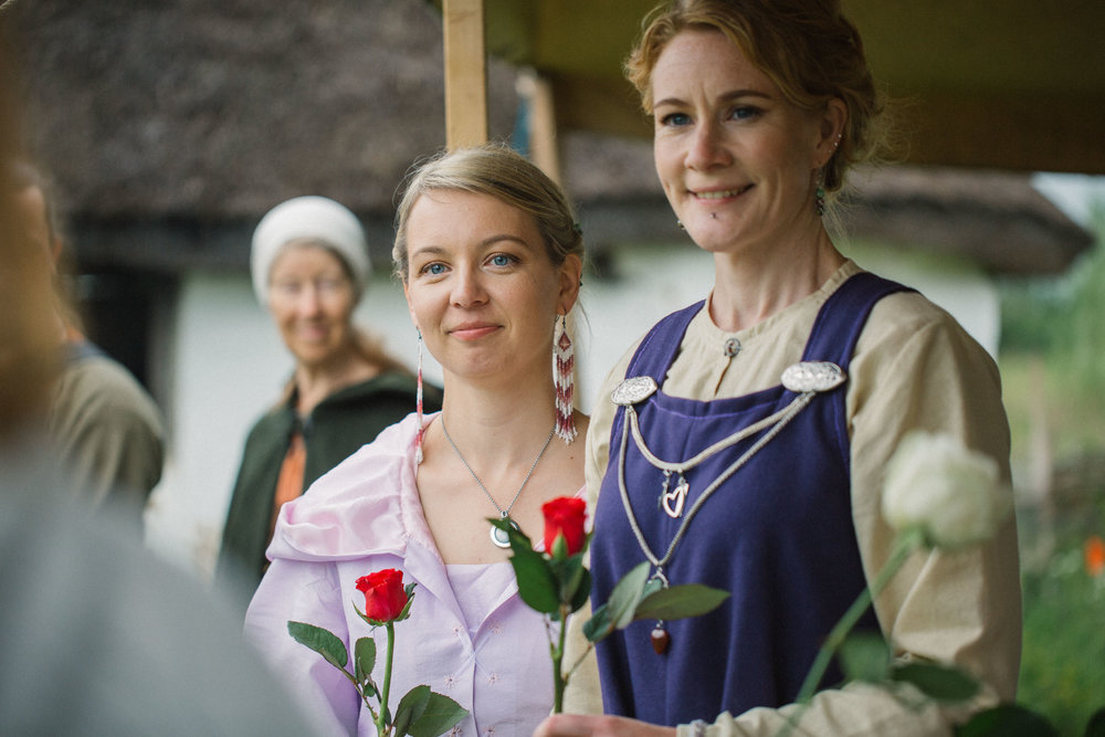 056-sisters-in-law-tove-lundquist-vikingabrollop.jpg