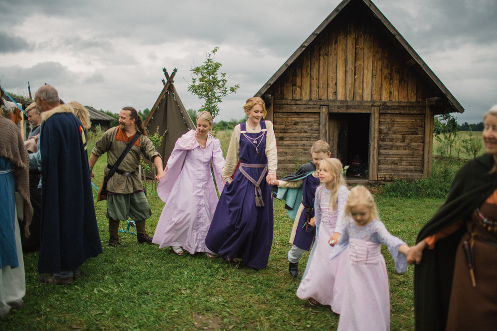069-sisters-in-law-tove-lundquist-vikingabrollop.jpg