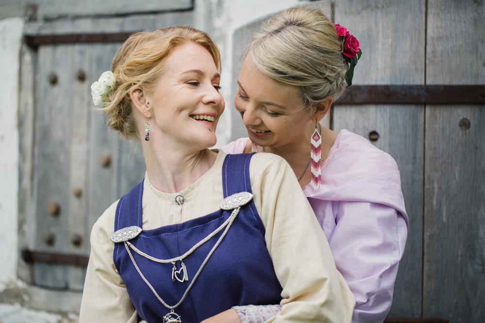 033-sisters-in-law-tove-lundquist-vikingabrollop.jpg