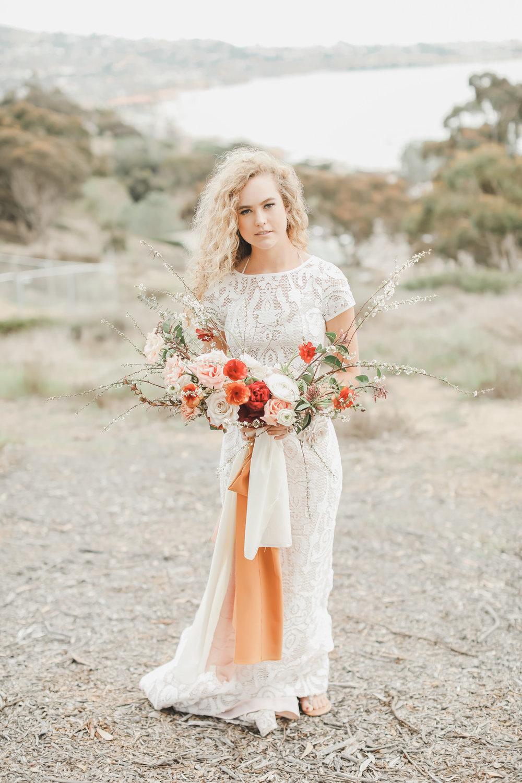 bohemiskt brudklänning + bukett