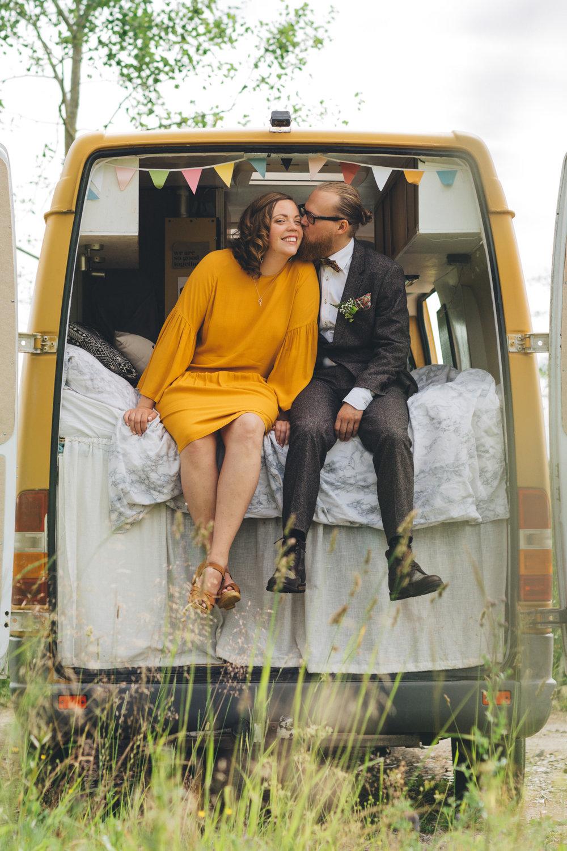 Avslappnat bröllop med fest i lada: Bella + Carl  // Fotograf: Matilda Söderström