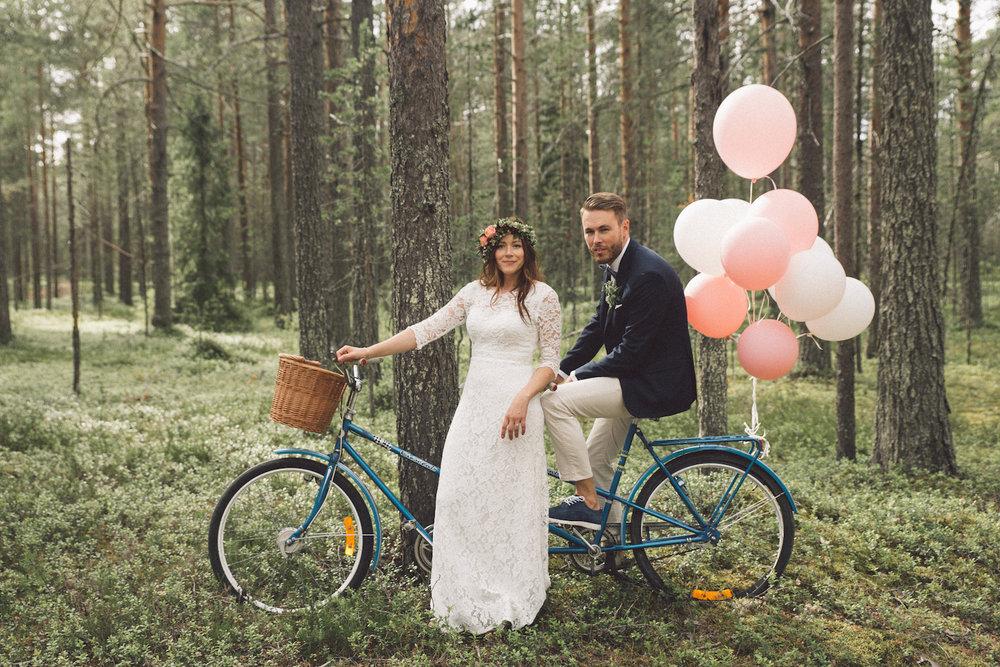 Skogsnära och avslappnat bröllop: Josefin + Daniel  // Fotograf: Erika Linnea