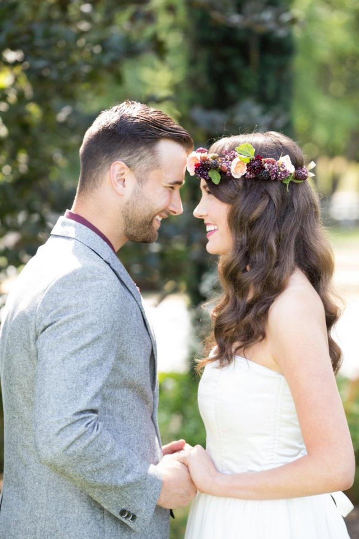 bröllop+elopement+lantligt+klänning+kostym+blomsterkrans