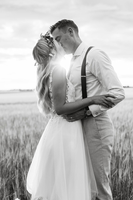 brudpar+pasteller+lantligt+bröllop+golden+hour