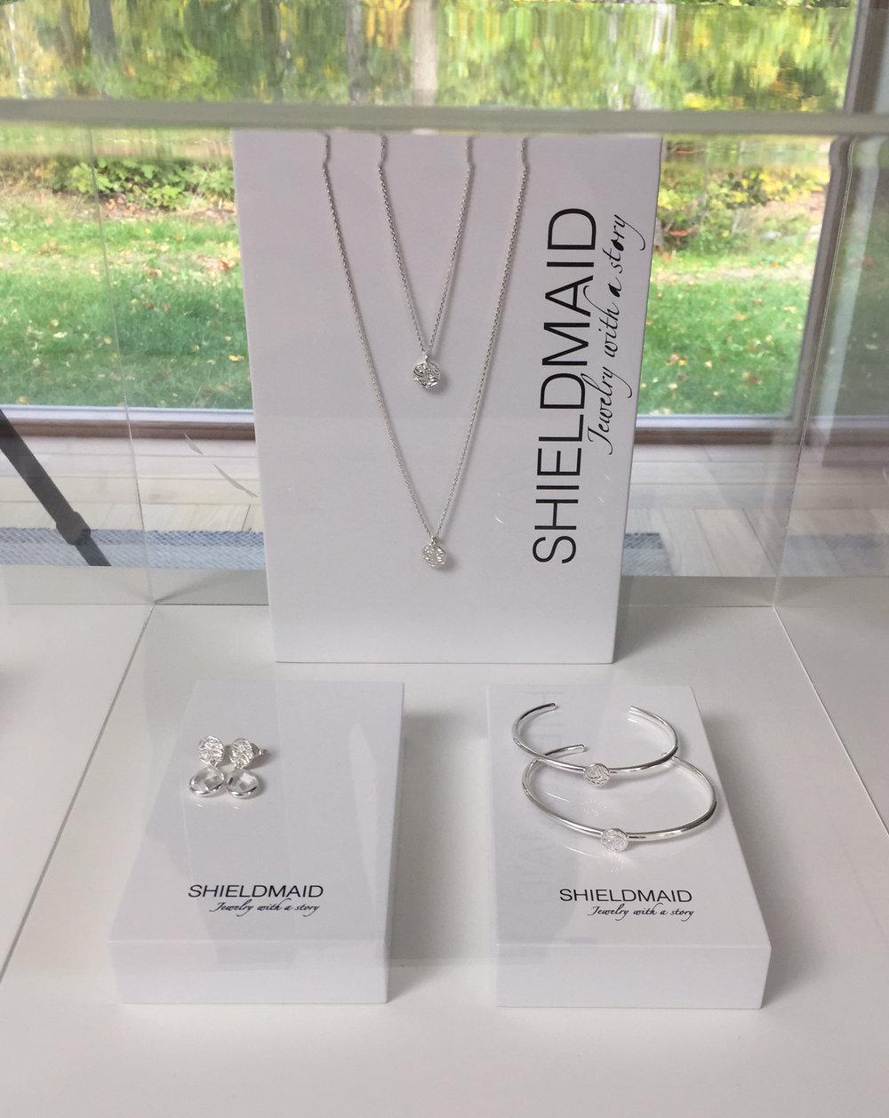 Shieldmaid - Anna skapar väldigt vackra smycken och storyn bakom smyckena är otroligt fin. Varje smycke illustrerar en sköld, en sköld som ger ett skydd men som även ger styrka och mod. Shieldmaid står för kvinnlig empowerment, att kvinnor ska våga ta för sig mer och våga följa sina drömmar, våga ta plats, våga starta företag och att våga bli den person som man egentligen är.Detta är något som ligger mig själv väldigt varmt om hjärtat och därför känner jag så starkt för Annas Shieldmaid!