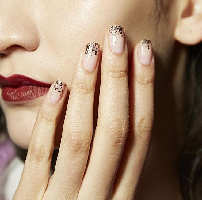 Doppad topp - Hur snyggt är inte detta? Lägg endast ett transparent nagellack på nageln eller ett med en nudefärgad ton och lägg sedan ett glitternagellack på topparna. Anpassa glitterlacket till övriga accessoarer, om de går i guld eller silver. Denna manikyr funkar till vilken brudlook som helst och extra fint är det till nyårsbruden!