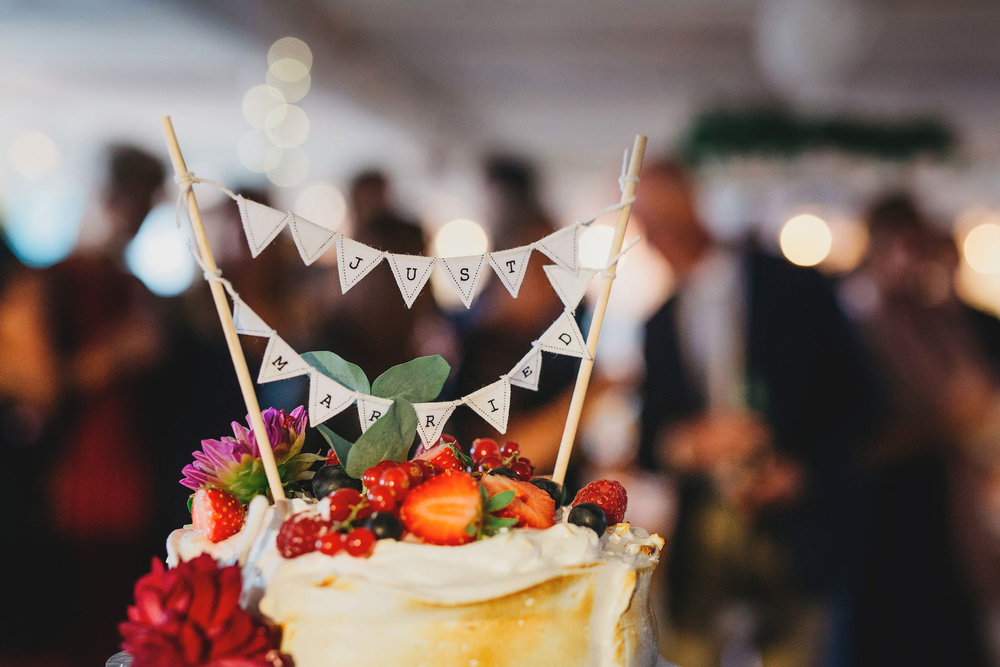 Just married + bröllopstårta