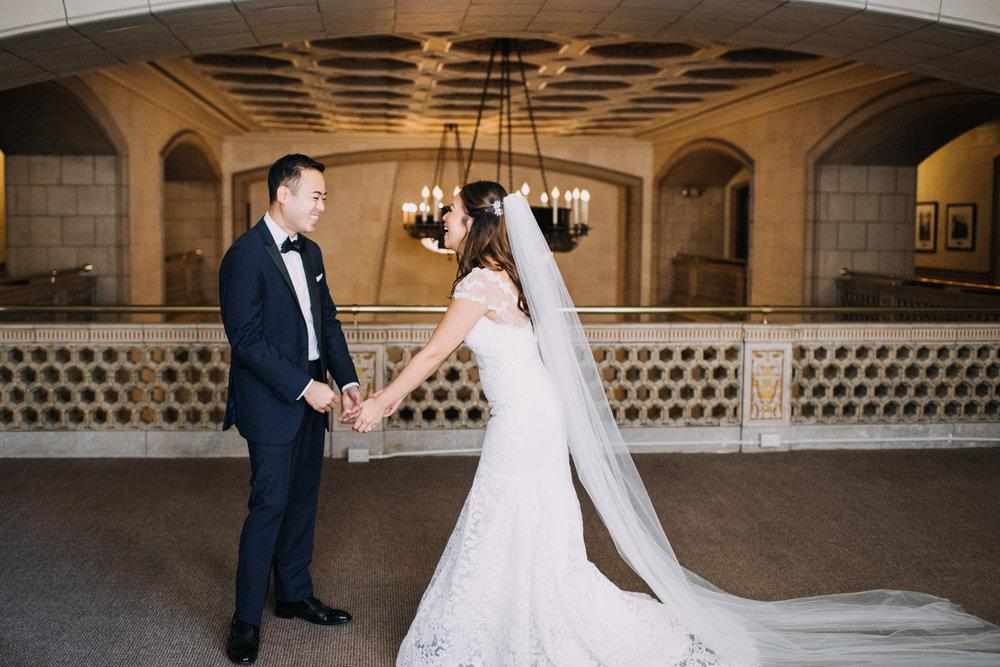bröllop+romantiskt+elegant+slöja+brudklänning+first look