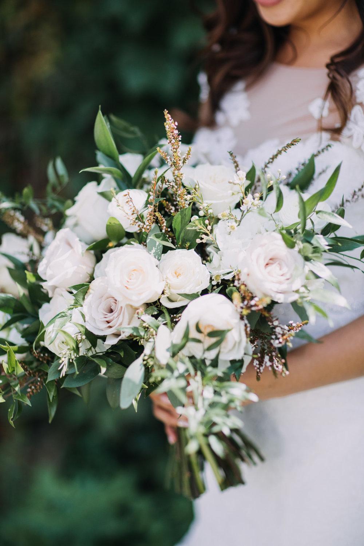 bröllop+romantiskt+elegant+slöja+brudklänning+brudbukett