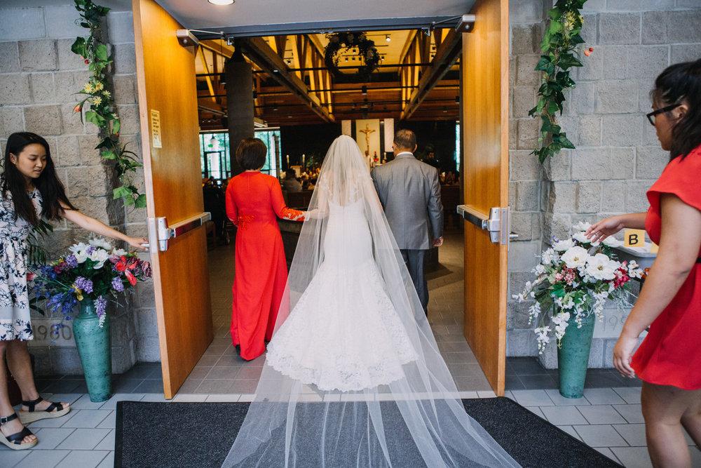 bröllop+romantiskt+elegant+slöja+brudklänning+brudbukett+vigsel