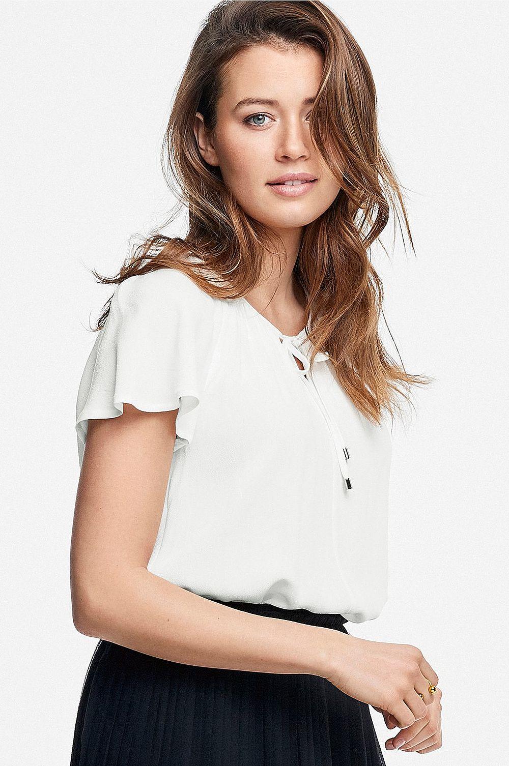Den här  blusen från Ellos  tycker vi är väldigt elegant och tror att den hade varit väldigt vacker till en nätt chiffongkjol.