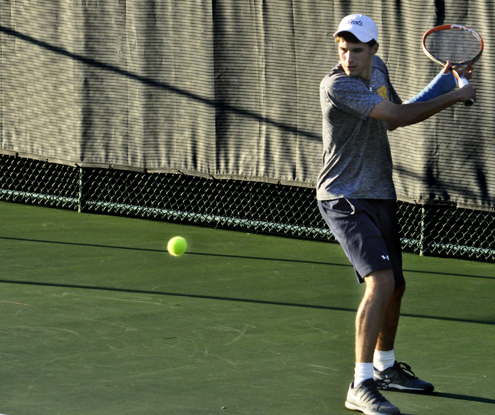 Highland Park senior Gardiner Perotti plays with a cast on his arm in his match against sophomore Davis Bailey Feb. 26.