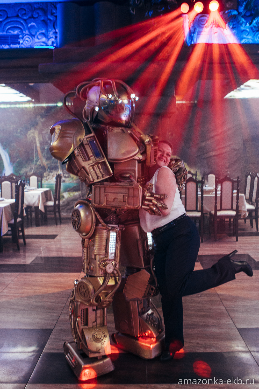 фотки с роботом в ресторане