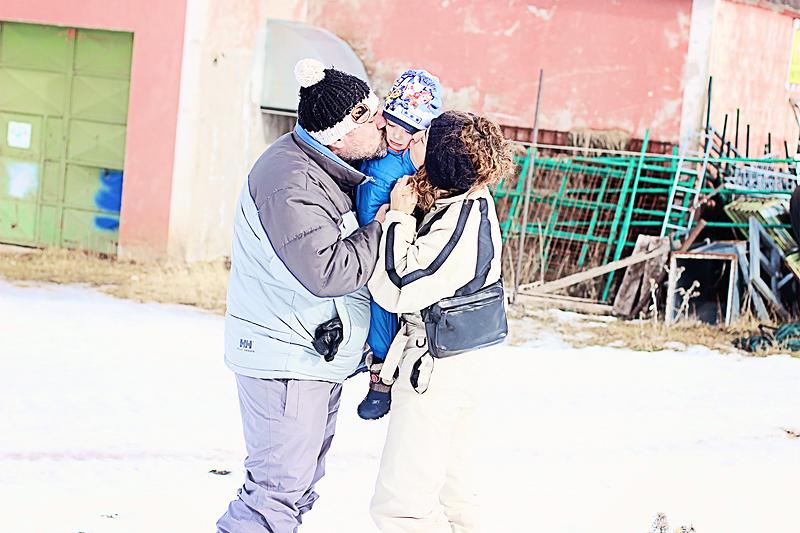 Il nostro bacio a tre versione invernale.   Our family kiss in the snow