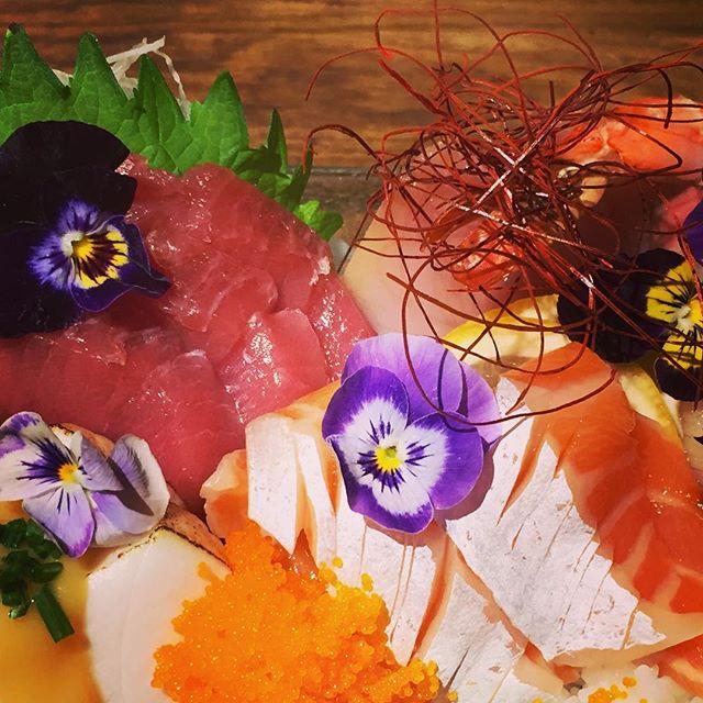 Chirashi #rosevillesushi #umisushiroseville #chirashi #edibleflowers #sushi #sacramento #roseville