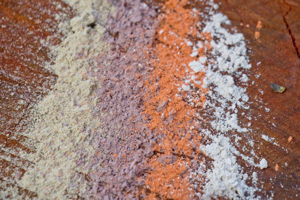 Argilas coloridas. Argila é uma aliada importante para o tratamento da pele.