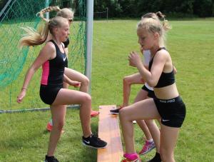 Denne øvelsen får dere kondis av, jenter! (Foto: Monika Risnes)